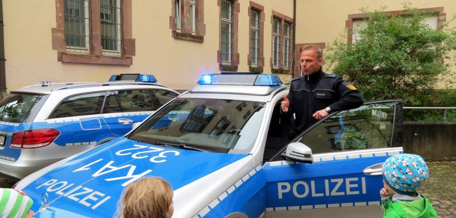 Die Kita Rabennest besucht die Polizei